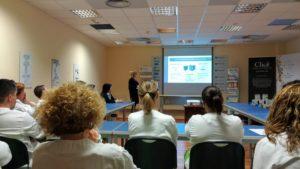 Trabajadores de Pharmadus sentados en un taller sobre clasificación y gestión de residuos