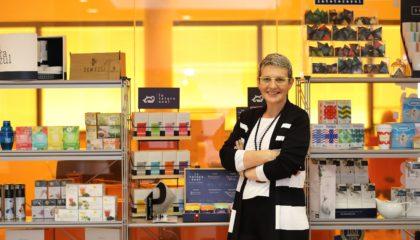 Beatriz Escudero, CEO de Pharmadus junto con los productos de la empresa.