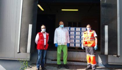 Trabajadores de Pharmadus entregan infusiones a los trabajadores de cruz roja